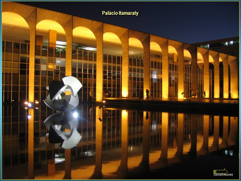 Palácio Itamaraty Projeto de Oscar Niemeyer, é a sede do Ministério das Relações Exteriores, também conhecido como Palácio dos Arcos. À sua frente, so