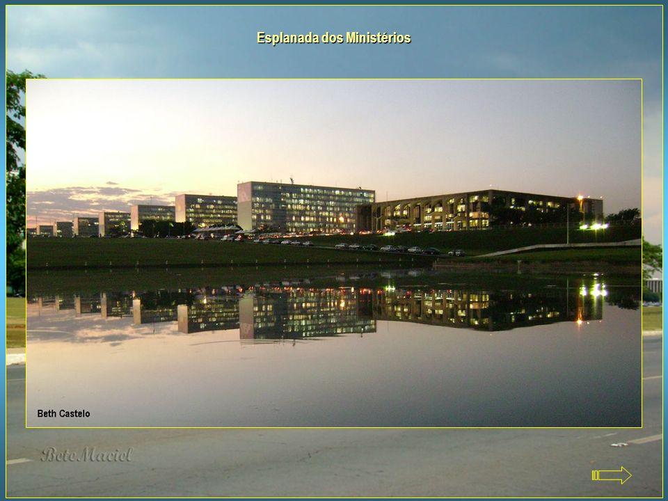 O Eixo Monumental Leste, Congresso Nacional e a Esplanada dos Ministérios, vistos da Torre de TV de Brasília O Eixo Monumental encontra-se no centro d