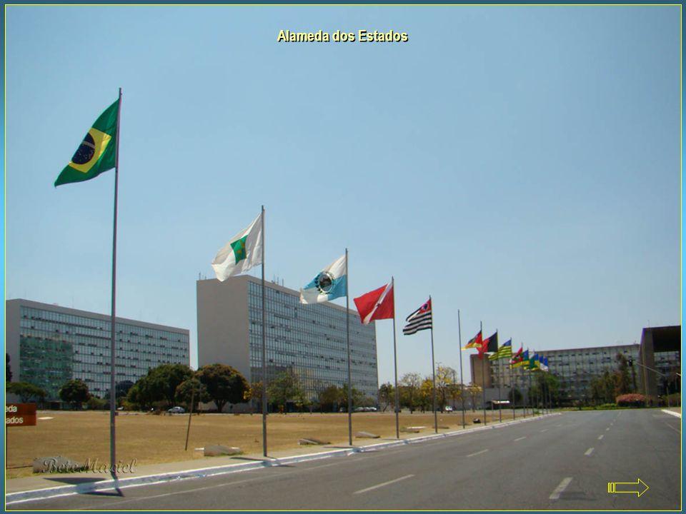 Alameda dos Estados Localizada na Esplanada dos Ministérios, em frente ao Congresso Nacional. Nela podemos ver as bandeiras de todos os estados brasil