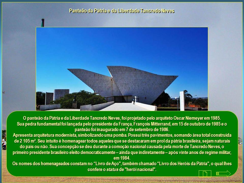 Maquete de Brasília no Espaço Lúcio Costa na Praça dos Três Poderes É uma construção subterrânea que abriga no seu interior a Maquete de Brasília, a M