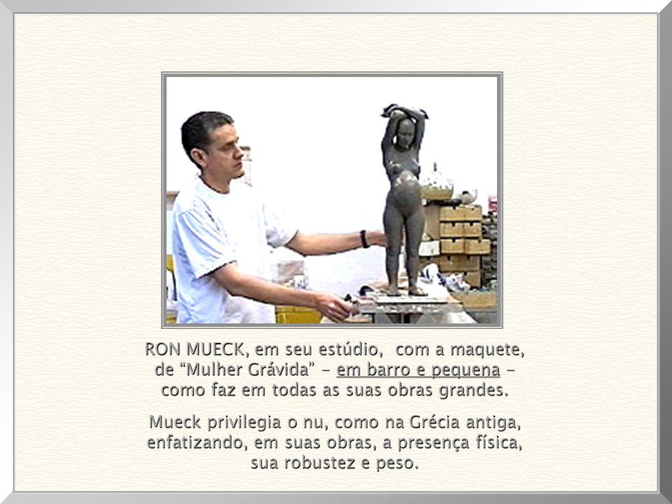 RON MUECK, em seu estúdio, com a maquete, de Mulher Grávida - em barro e pequena - como faz em todas as suas obras grandes.