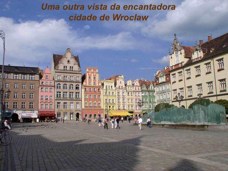 Wrocław. A quarta maior cidade da Polônia, 630.000 habitantes, faz fronteira com a antiga Tchecoslováquia e com a Alemanha, cheia de canais formados p