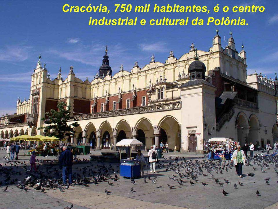 A fé dos poloneses é muito grande. Mais de um milhão de pessoas seguem a procissão da padroeira Czestochowa, vindos a pé, até do sul do País.
