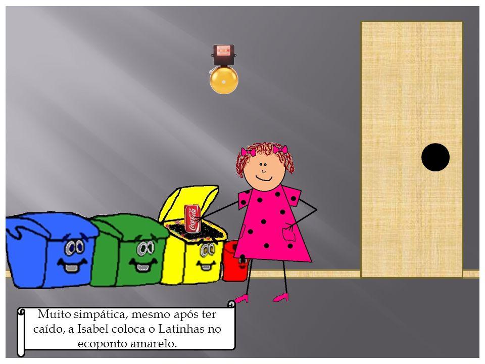 A Isabel ia a correr para a aula, já muito atrasada, quando tropeça no Latinhas e cai.