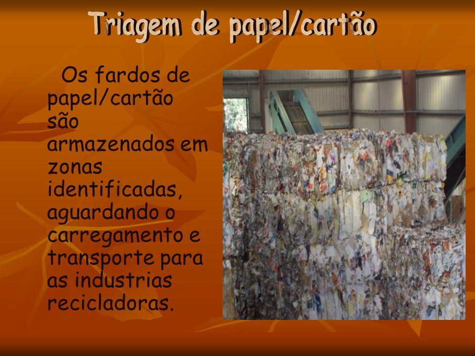 Os fardos de papel/cartão são armazenados em zonas identificadas, aguardando o carregamento e transporte para as industrias recicladoras.