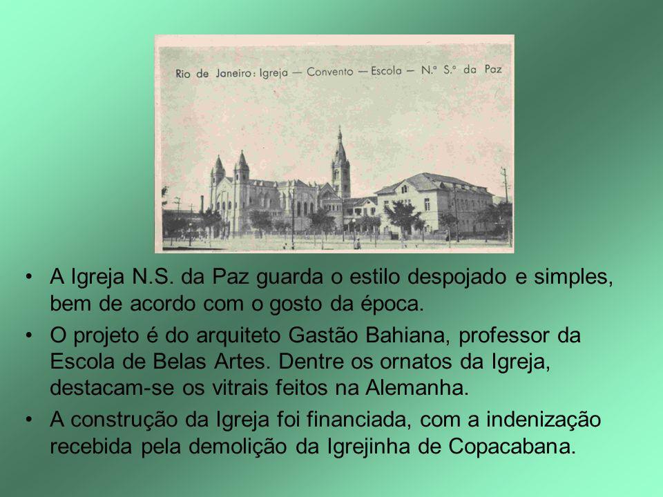 A Igreja N.S. da Paz guarda o estilo despojado e simples, bem de acordo com o gosto da época. O projeto é do arquiteto Gastão Bahiana, professor da Es