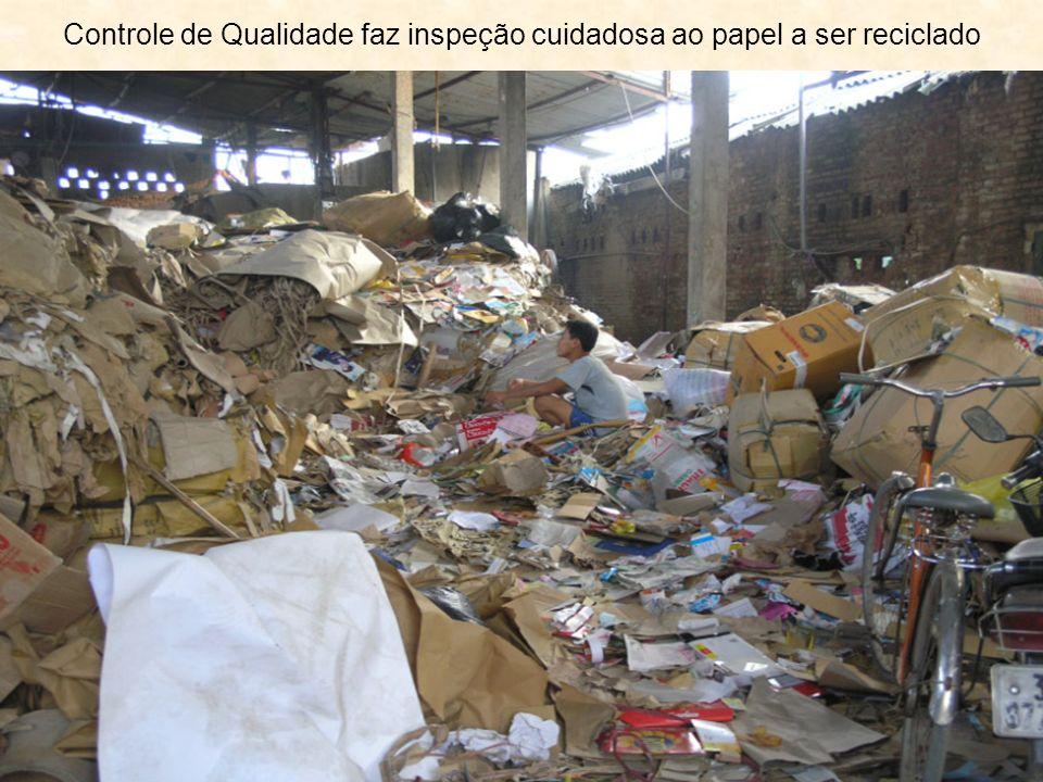 Controle de Qualidade faz inspeção cuidadosa ao papel a ser reciclado