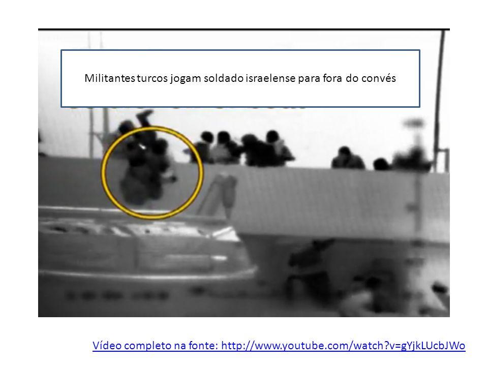 Vídeo completo na fonte: http://www.youtube.com/watch?v=gYjkLUcbJWo Militantes turcos jogam soldado israelense para fora do convés