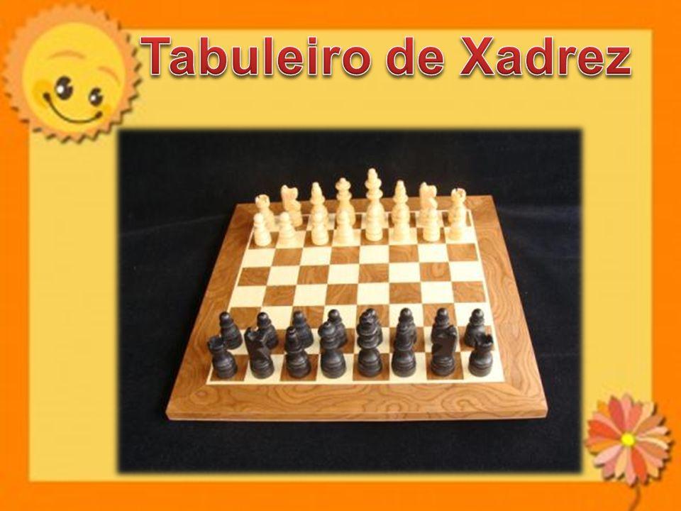 O jogo de damas é praticado entre dois parceiros, com 12 pedras brancas de um lado e com 12 pedras pretas de outro lado.
