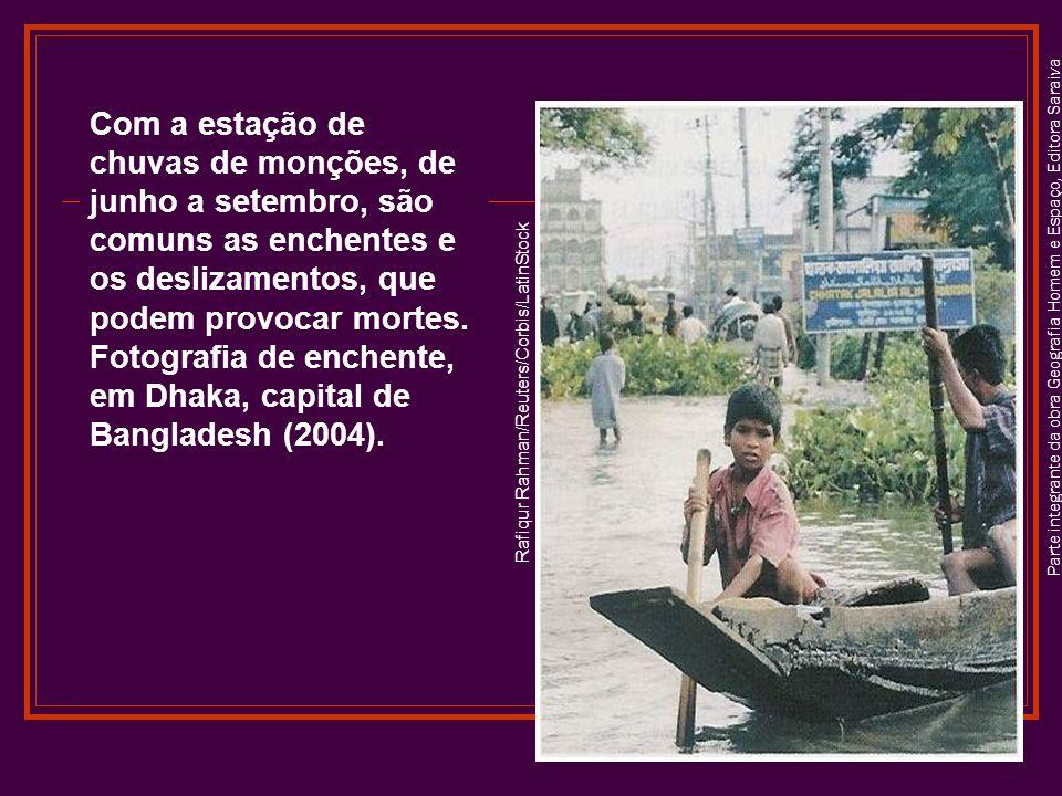 Parte integrante da obra Geografia Homem e Espaço, Editora Saraiva Rafiqur Rahman/Reuters/Corbis/LatinStock Com a estação de chuvas de monções, de junho a setembro, são comuns as enchentes e os deslizamentos, que podem provocar mortes.