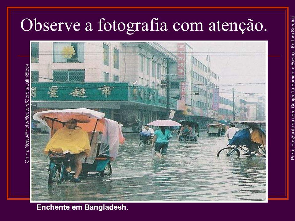 Parte integrante da obra Geografia Homem e Espaço, Editora Saraiva Enchente em Bangladesh. China News/Photo/Reuters/Corbis/LatinStock Observe a fotogr