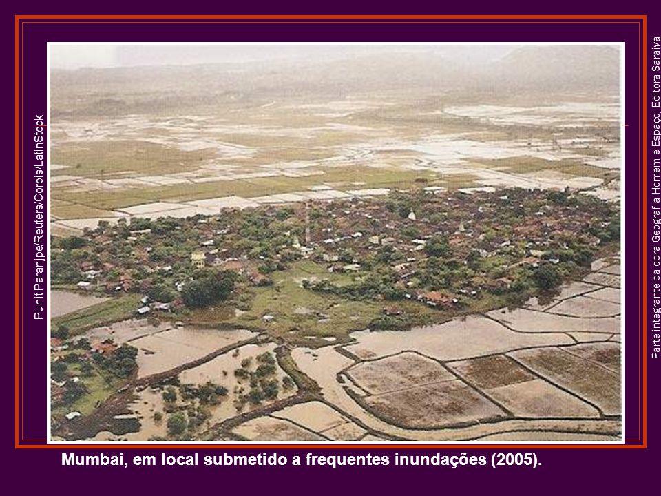 Parte integrante da obra Geografia Homem e Espaço, Editora Saraiva Mumbai, em local submetido a frequentes inundações (2005).