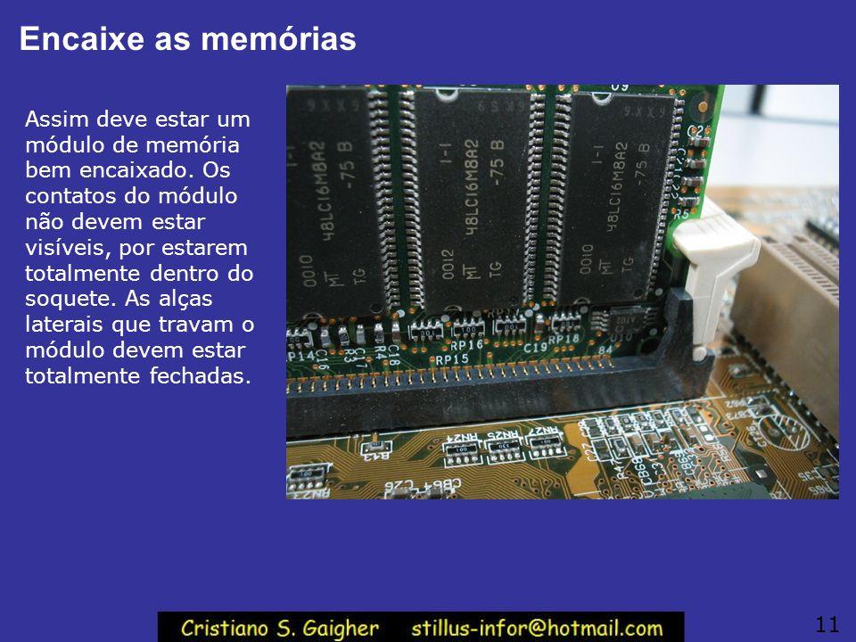 Encaixe as memórias Assim deve estar um módulo de memória bem encaixado. Os contatos do módulo não devem estar visíveis, por estarem totalmente dentro