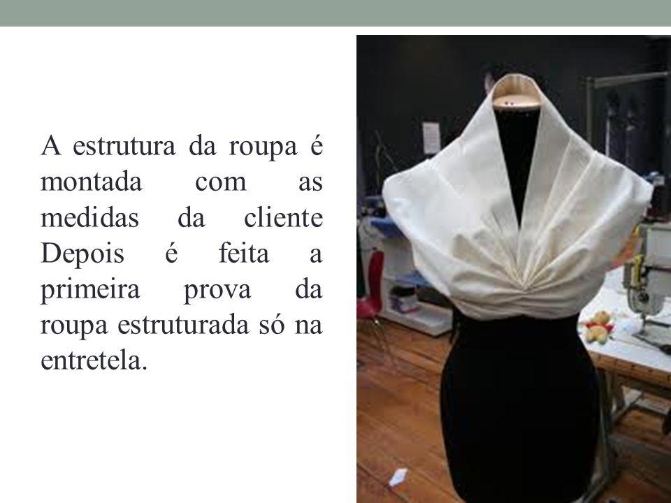 A estrutura da roupa é montada com as medidas da cliente Depois é feita a primeira prova da roupa estruturada só na entretela.