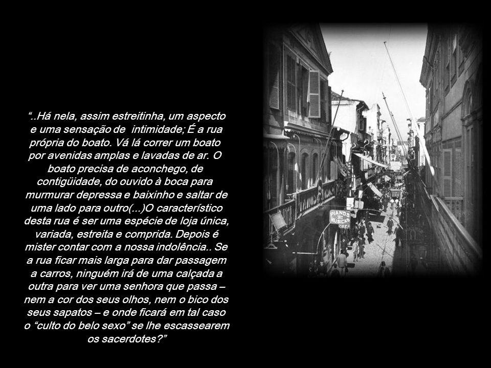 ..Há nela, assim estreitinha, um aspecto e uma sensação de intimidade; É a rua própria do boato.