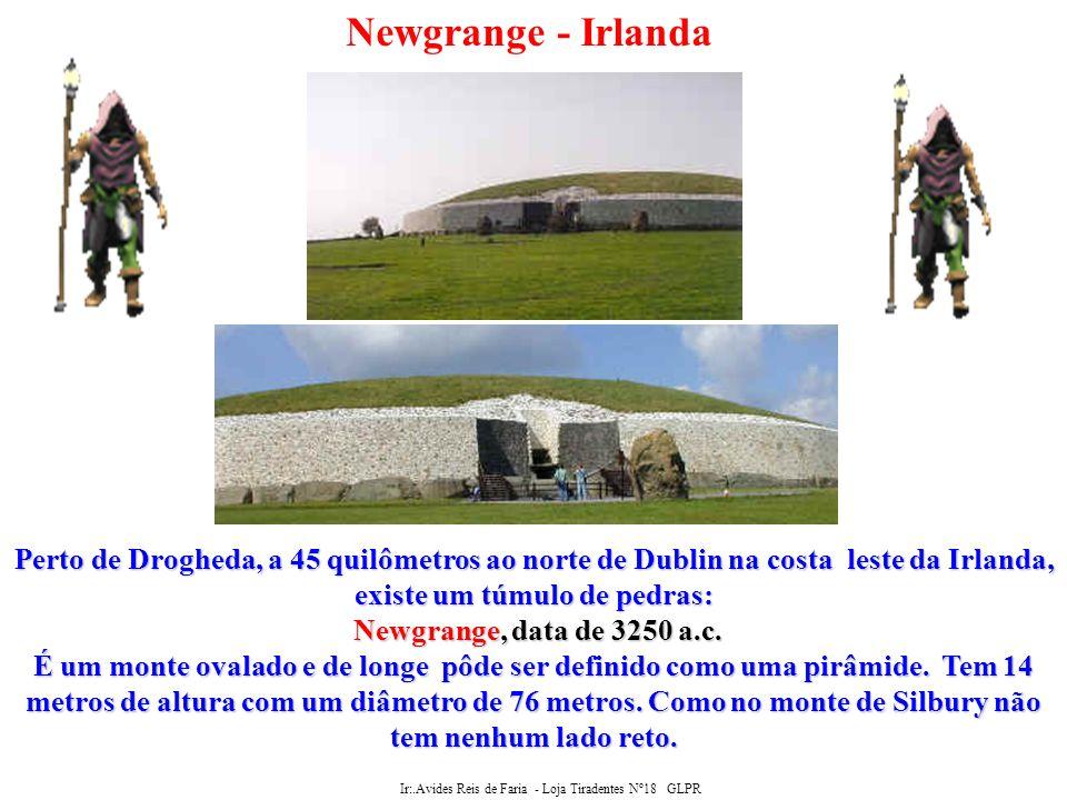Ir:.Avides Reis de Faria - Loja Tiradentes Nº18 GLPR Newgrange - Irlanda Como as pirâmides egípcias, Newgrange contém uma passagem e câmaras.