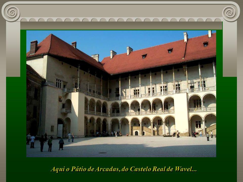 A majestosa Catedral de Cracóvia, sede do bispado, com as Capelas de Vaza e de Sigismundo...