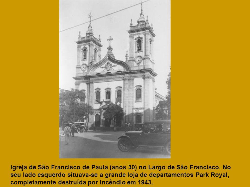 Igreja de São Francisco de Paula (anos 30) no Largo de São Francisco. No seu lado esquerdo situava-se a grande loja de departamentos Park Royal, compl