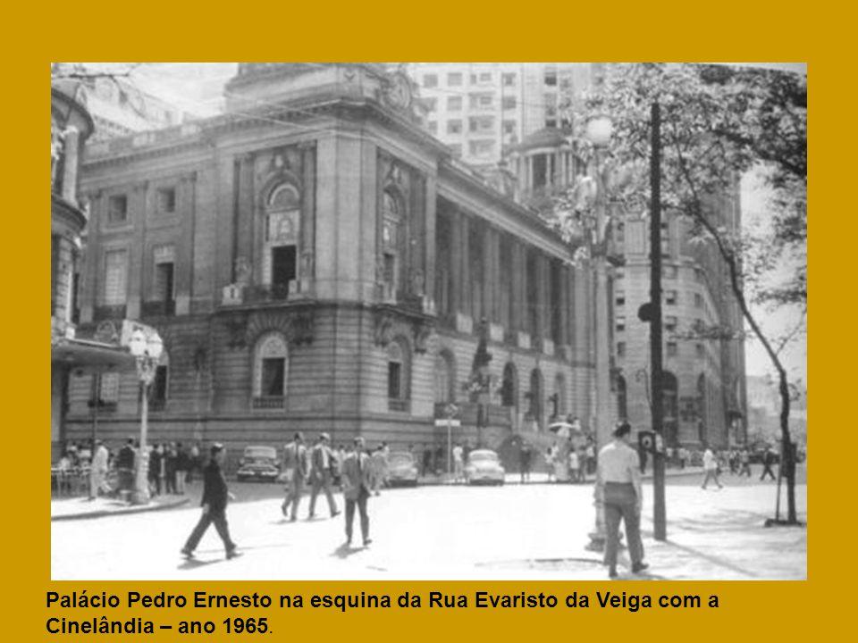 Palácio Pedro Ernesto na esquina da Rua Evaristo da Veiga com a Cinelândia – ano 1965.