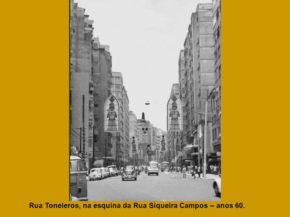 Rua Toneleros, na esquina da Rua Siqueira Campos – anos 60.