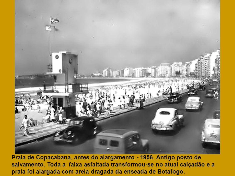 Praia de Copacabana, antes do alargamento - 1956. Antigo posto de salvamento. Toda a faixa asfaltada transformou-se no atual calçadão e a praia foi al
