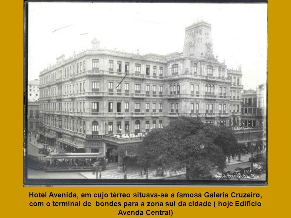 Hotel Avenida, em cujo térreo situava-se a famosa Galeria Cruzeiro, com o terminal de bondes para a zona sul da cidade ( hoje Edifício Avenda Central)