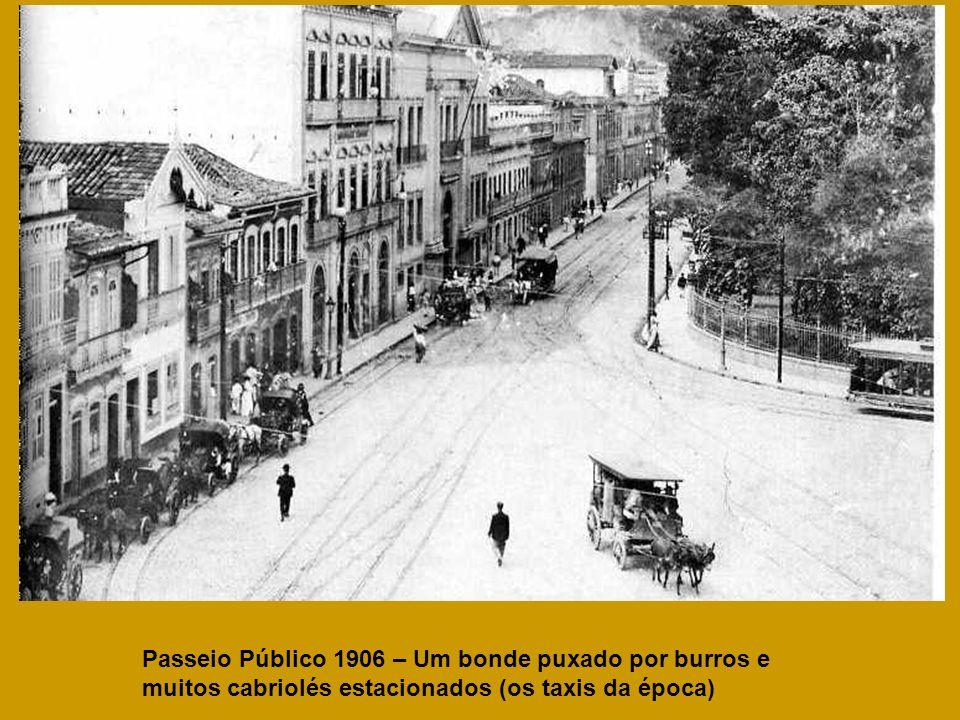 Passeio Público 1906 – Um bonde puxado por burros e muitos cabriolés estacionados (os taxis da época)