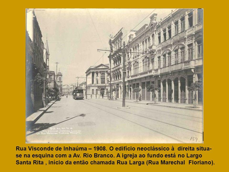 Rua Visconde de Inhaúma – 1908. O edifício neoclássico à direita situa- se na esquina com a Av. Rio Branco. A igreja ao fundo está no Largo Santa Rita