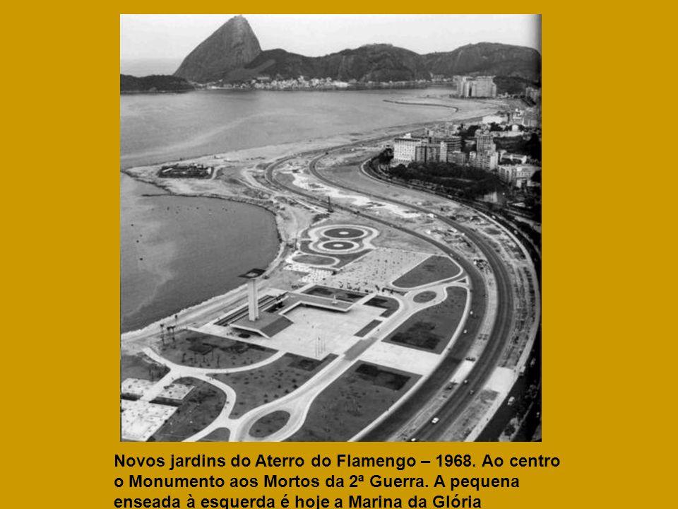 Novos jardins do Aterro do Flamengo – 1968. Ao centro o Monumento aos Mortos da 2ª Guerra. A pequena enseada à esquerda é hoje a Marina da Glória