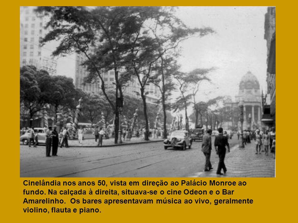 Cinelândia nos anos 50, vista em direção ao Palácio Monroe ao fundo. Na calçada à direita, situava-se o cine Odeon e o Bar Amarelinho. Os bares aprese