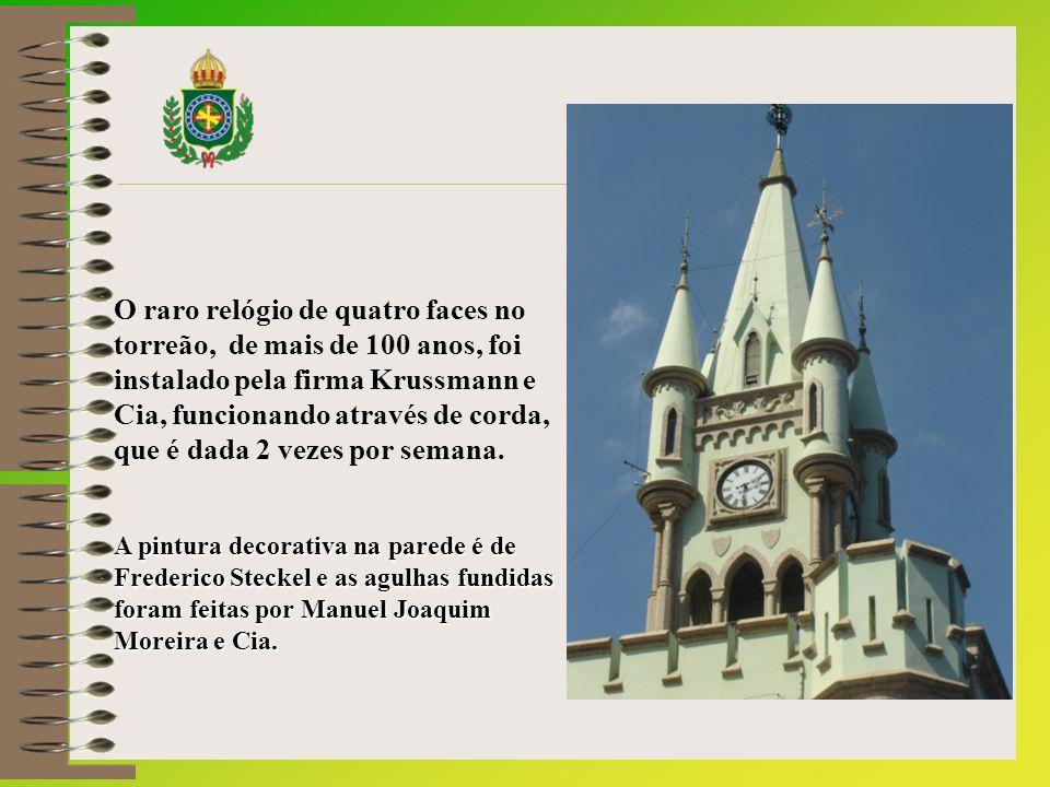 O raro relógio de quatro faces no torreão, de mais de 100 anos, foi instalado pela firma Krussmann e Cia, funcionando através de corda, que é dada 2 vezes por semana.