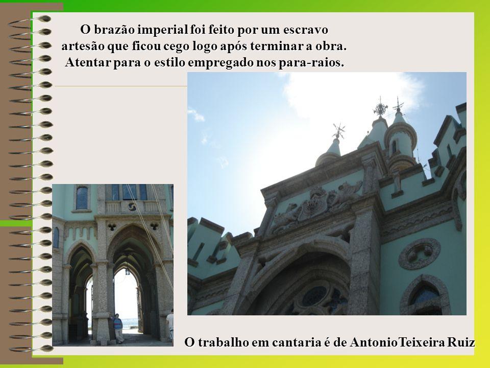 O trabalho em cantaria é de AntonioTeixeira Ruiz O brazão imperial foi feito por um escravo artesão que ficou cego logo após terminar a obra.