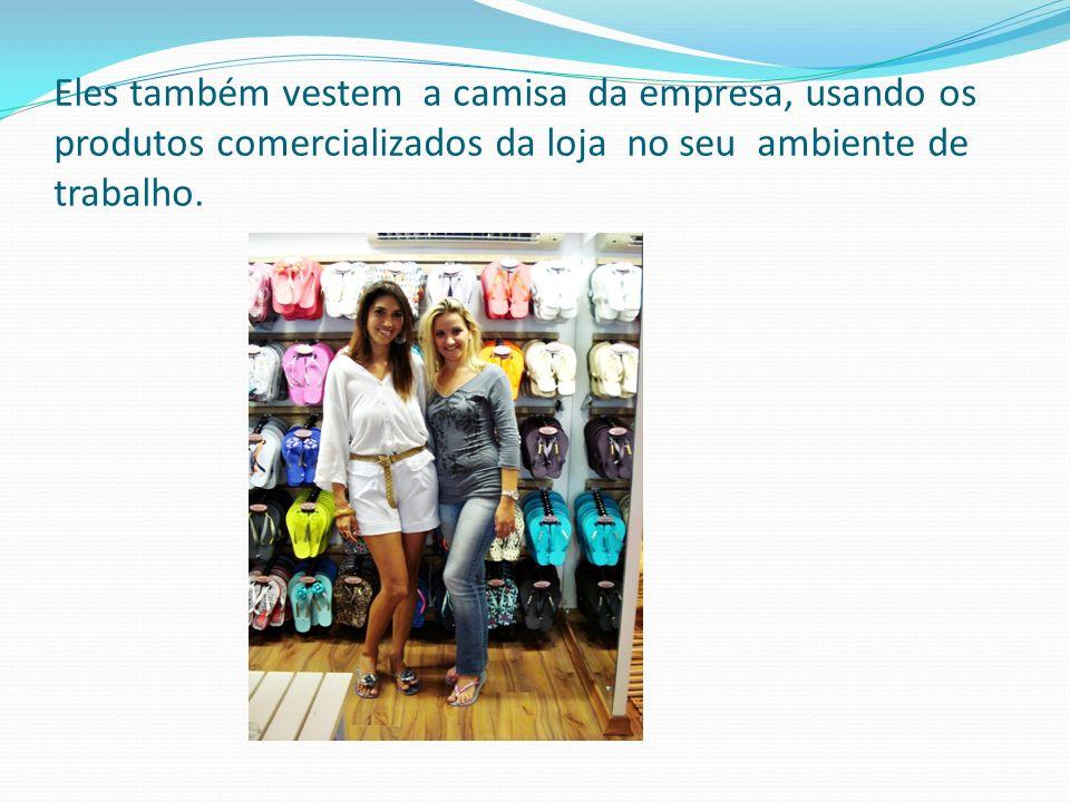 Eles também vestem a camisa da empresa, usando os produtos comercializados da loja no seu ambiente de trabalho.