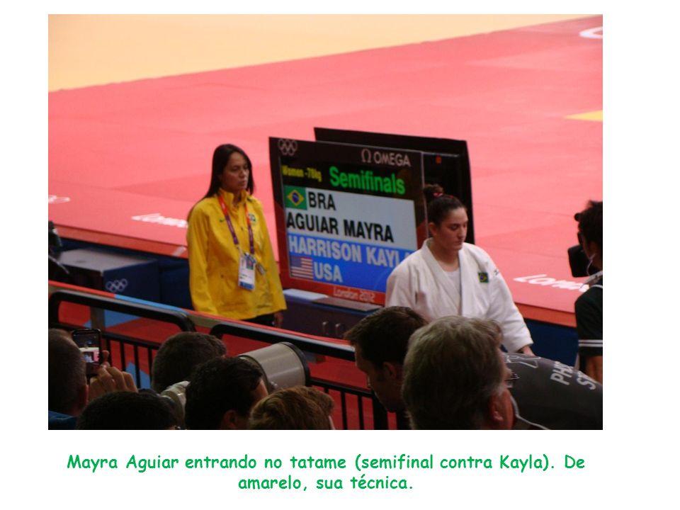 Mayra Aguiar entrando no tatame (semifinal contra Kayla). De amarelo, sua técnica.