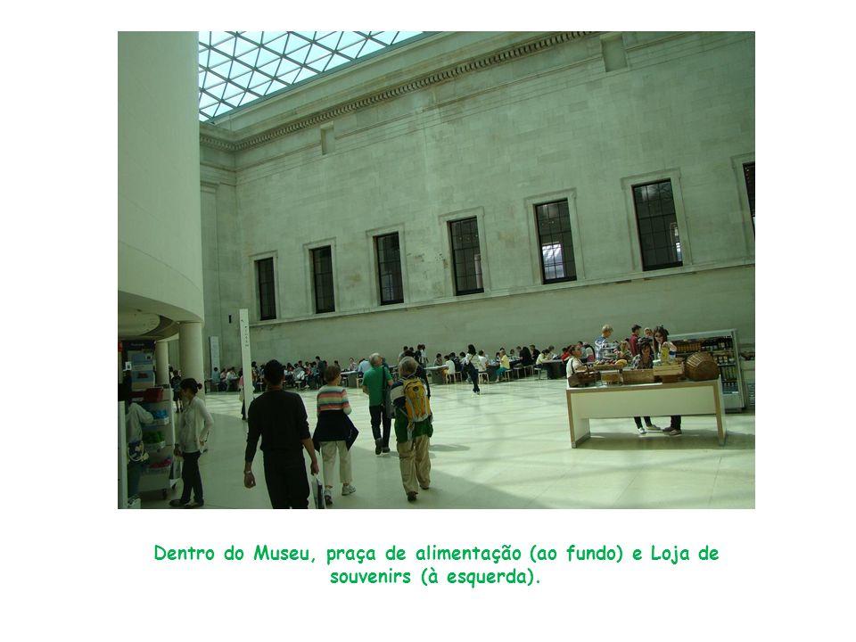 Dentro do Museu, praça de alimentação (ao fundo) e Loja de souvenirs (à esquerda).