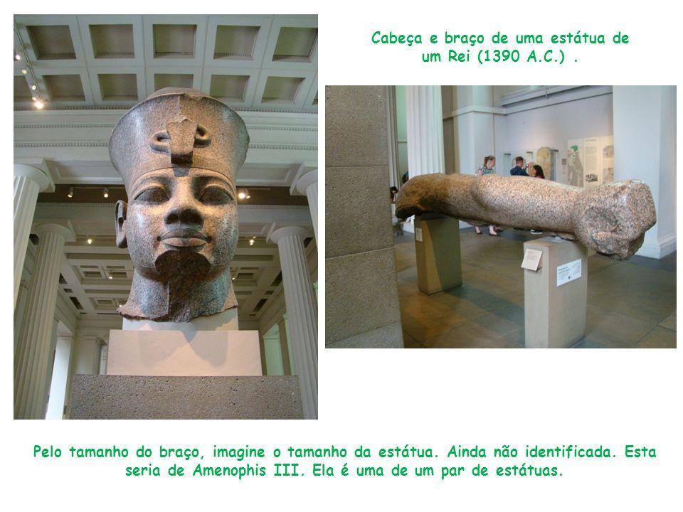 Cabeça e braço de uma estátua de um Rei (1390 A.C.). Pelo tamanho do braço, imagine o tamanho da estátua. Ainda não identificada. Esta seria de Amenop