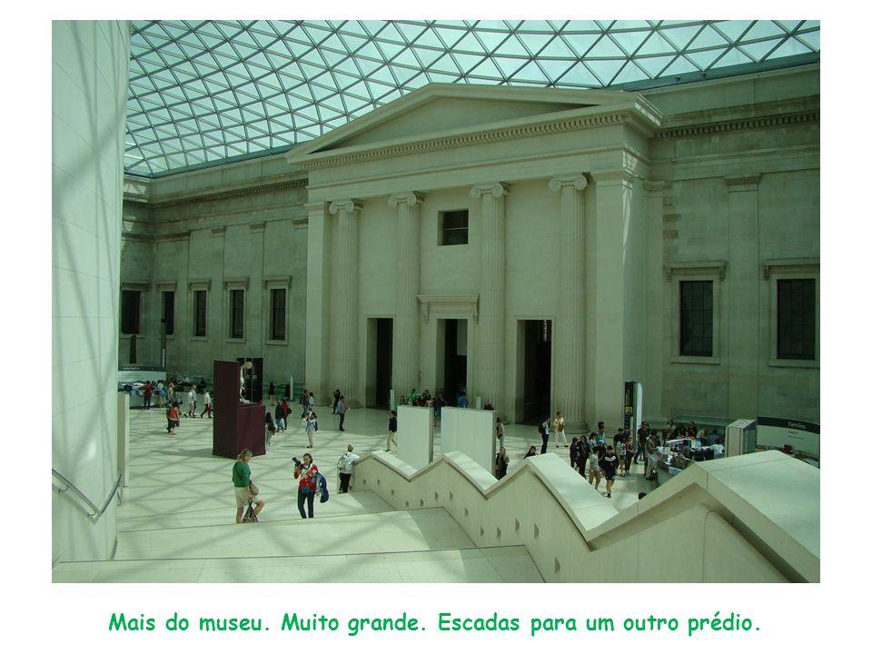 Mais do museu. Muito grande. Escadas para um outro prédio.