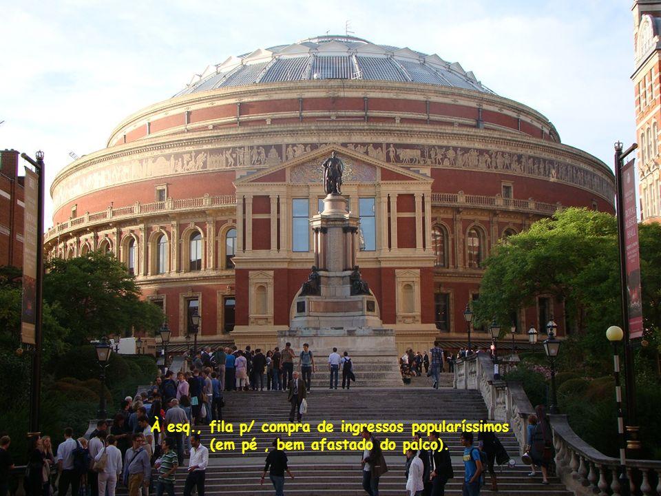 À esq., fila p/ compra de ingressos popularíssimos (em pé, bem afastado do palco).
