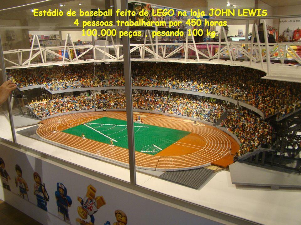 Estádio de baseball feito de LEGO na loja JOHN LEWIS 4 pessoas trabalharam por 450 horas 100.000 peças, pesando 100 kg.