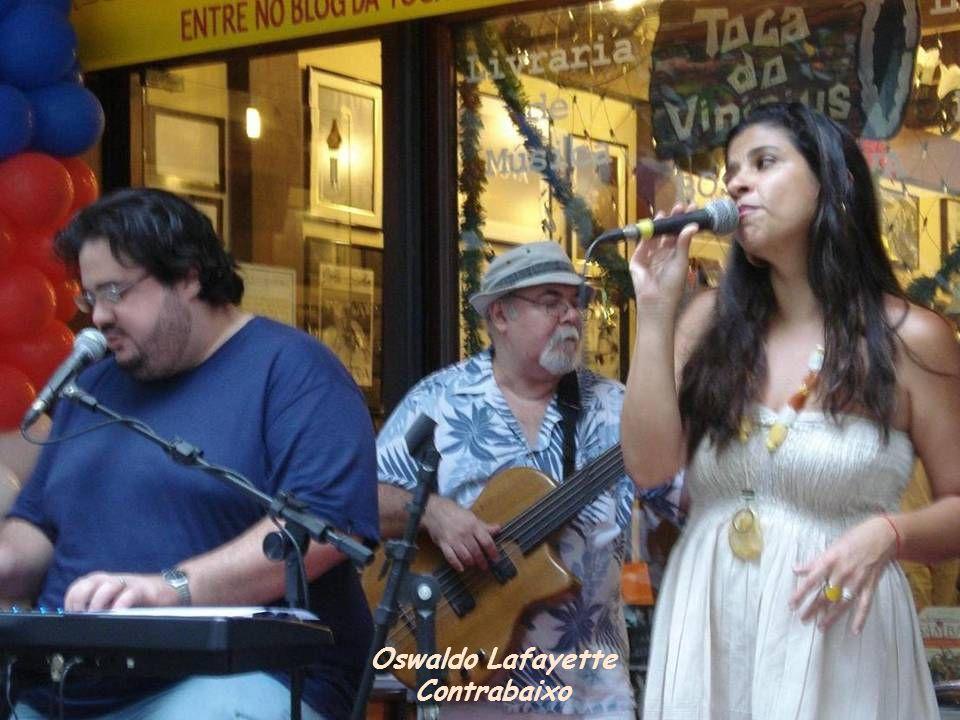 Grupo Turma da Bossa. Juli Mariano, Gustavo Rocha (teclado) e Júlio Carvana (violão) cantam Garota de Ipanema