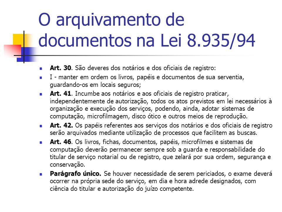 O arquivamento de documentos na Lei 8.935/94 Art. 30 Art. 30. São deveres dos notários e dos oficiais de registro: I - manter em ordem os livros, papé