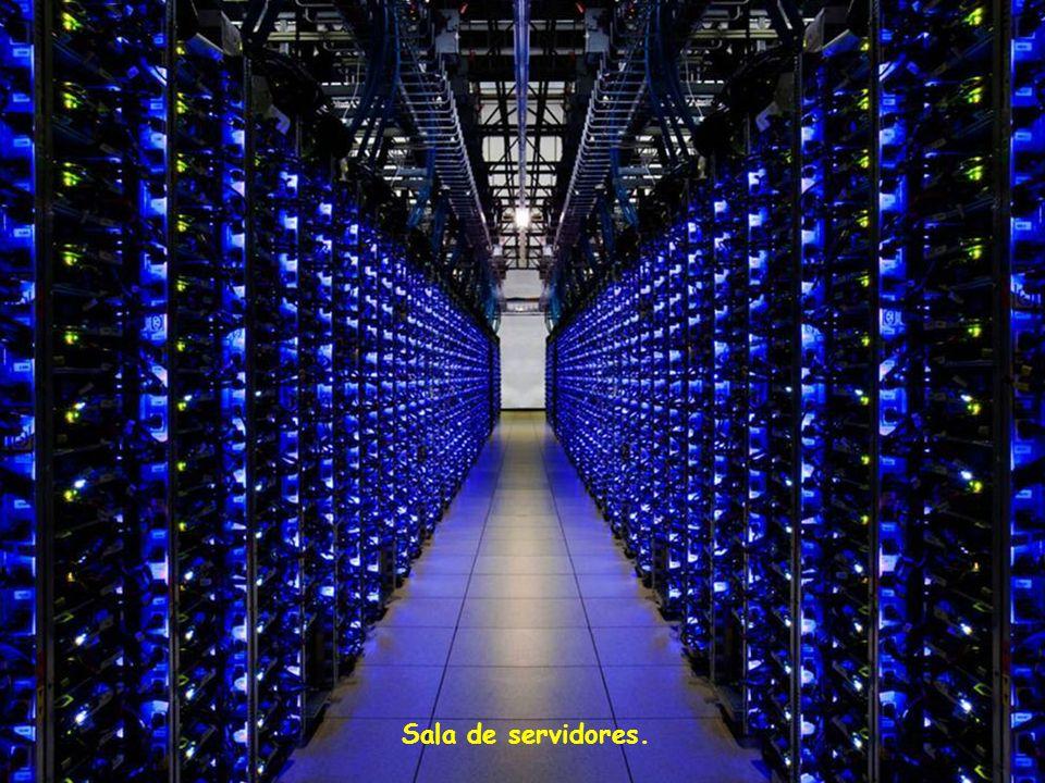 Os computadores aquecem Assim teem que ser refrescados, Nesta sala ricamente colorida os Refrigeradores são verdes e a Cor dos tubos indicam o sentido Do fluxo.