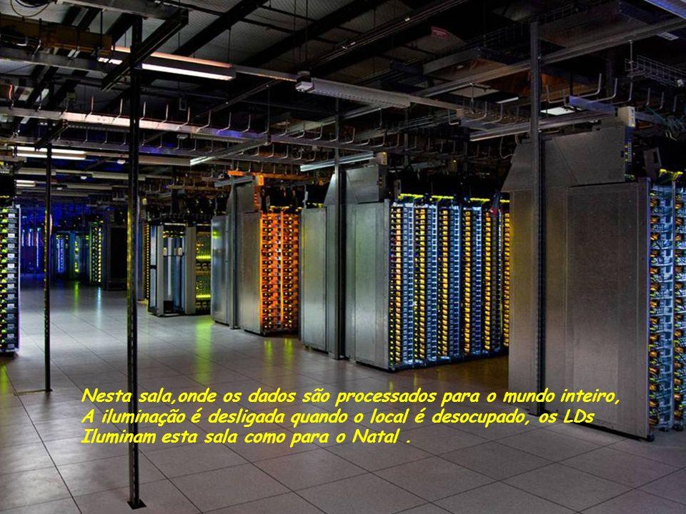 Nesta sala,onde os dados são processados para o mundo inteiro, A iluminação é desligada quando o local é desocupado, os LDs Iluminam esta sala como para o Natal.
