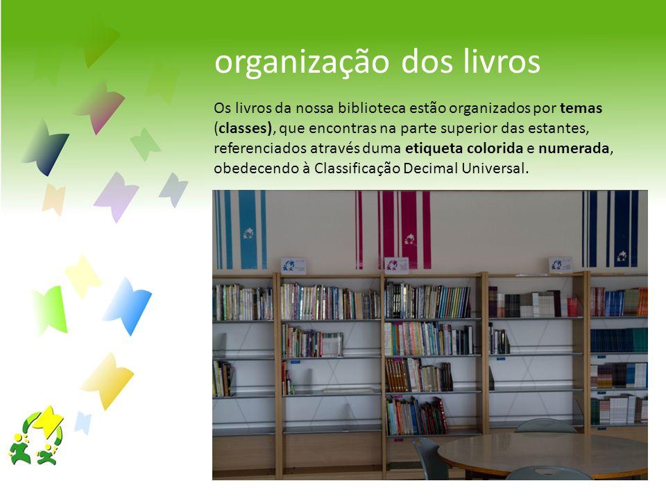 Os livros da nossa biblioteca estão organizados por temas (classes), que encontras na parte superior das estantes, referenciados através duma etiqueta
