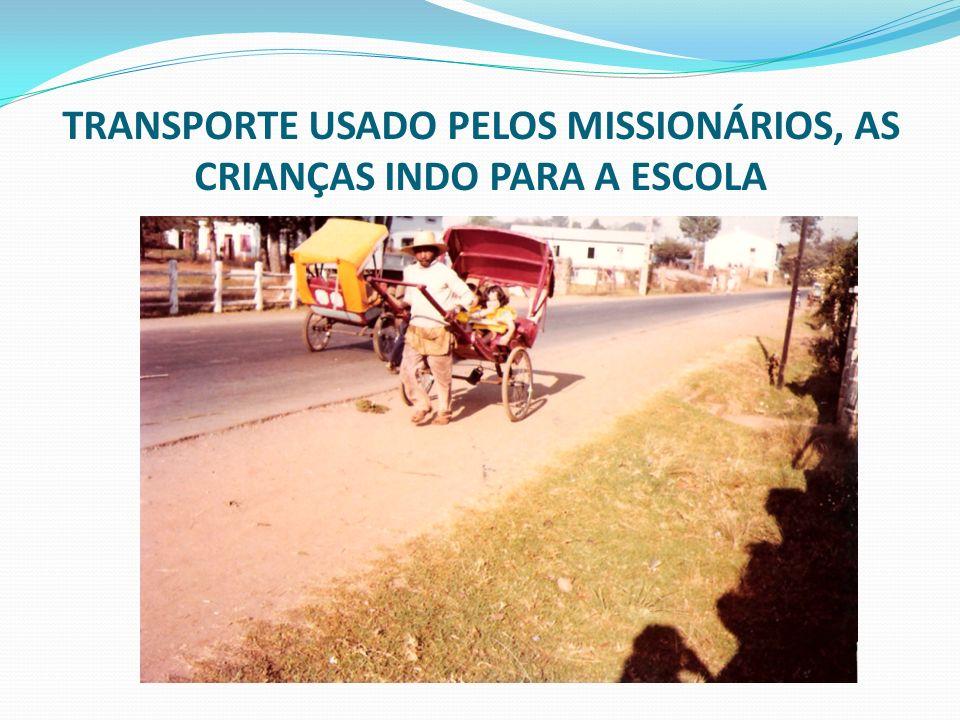 TRANSPORTE USADO PELOS MISSIONÁRIOS, AS CRIANÇAS INDO PARA A ESCOLA