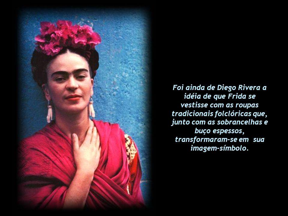 Foi ainda de Diego Rivera a idéia de que Frida se vestisse com as roupas tradicionais folclóricas que, junto com as sobrancelhas e buço espessos, transformaram-se em sua imagem-símbolo.