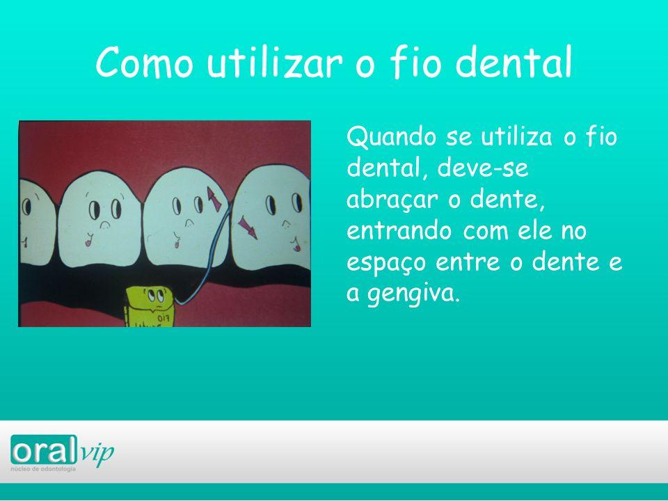 Como utilizar o fio dental Quando se utiliza o fio dental, deve-se abraçar o dente, entrando com ele no espaço entre o dente e a gengiva.