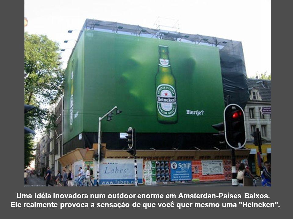 Uma idéia inovadora num outdoor enorme em Amsterdan-Países Baixos. Ele realmente provoca a sensação de que você quer mesmo uma
