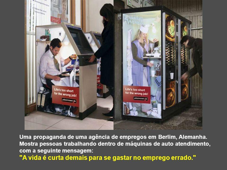 Uma propaganda de uma agência de empregos em Berlim, Alemanha. Mostra pessoas trabalhando dentro de máquinas de auto atendimento, com a seguinte mensa
