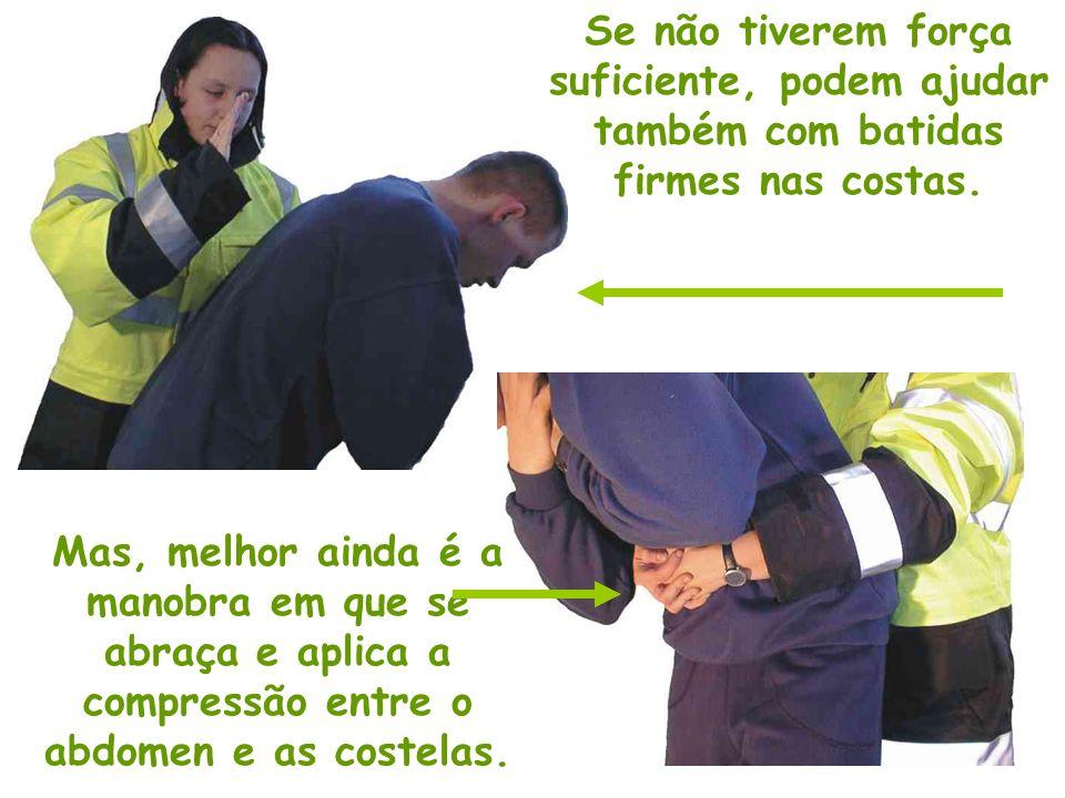 Inicie abraçando a pessoa pela cintura firmando os punhos entre as costelas e o abdomen.